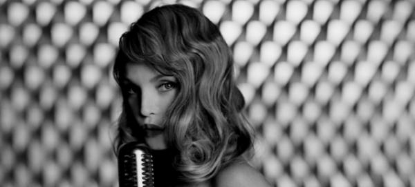 Arielle Dombasle chante Amor Amor en 2004
