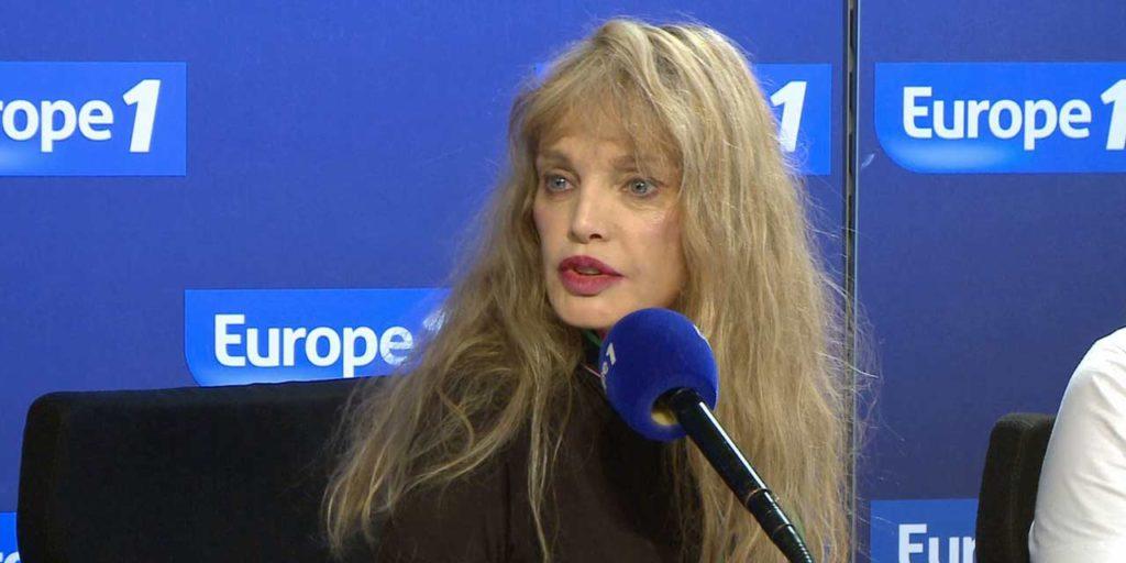 Arielle Dombasle dans les studios d'Europe 1