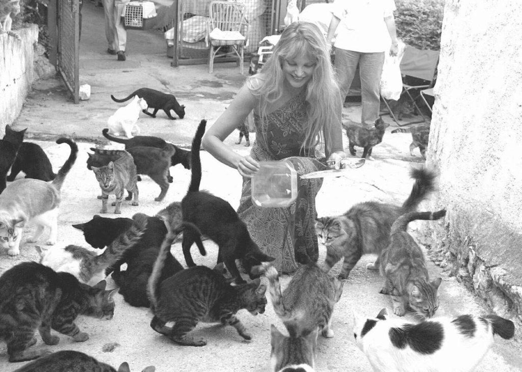 Arielle Dombasle en 2001 au refuge Les Chats de Stella