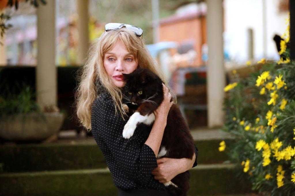 Arielle Dombasle au refuge Les Chats de Stella à Vence
